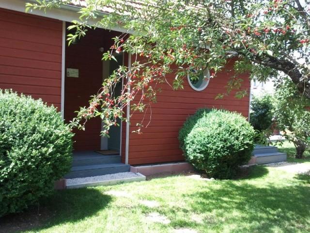 La façade de la chambre d'hôte arbore un rouge de Bourgogne en peinture à l'ocre