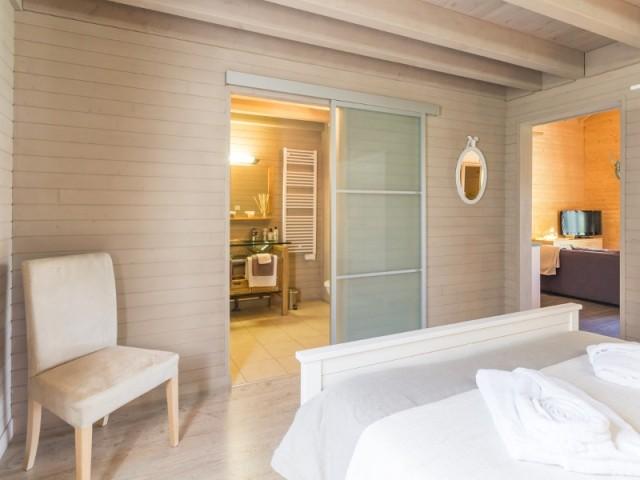 La chambre donne sur la salle de bains par une porte coulissante, astuce gain de place