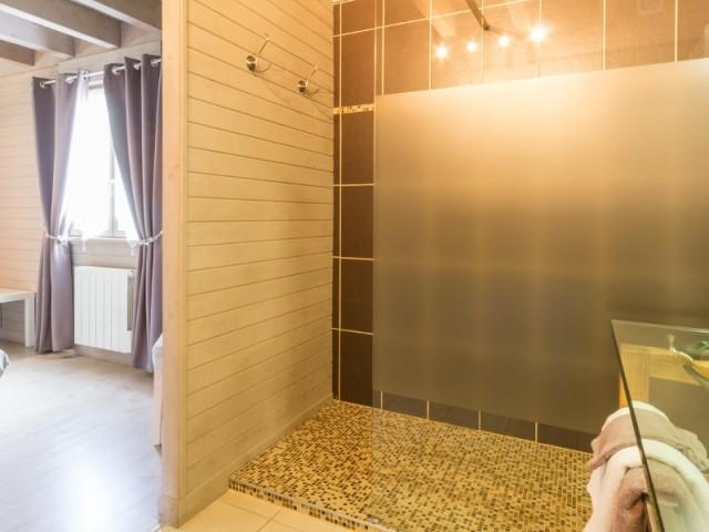La salle de bains contemporaine de la chambre d'hôtes Sous le Cerisier