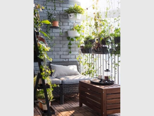 Un petit balcon plein de verdure