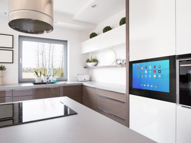 Ecran tactile Androit encastré dans les meubles d'une cuisine