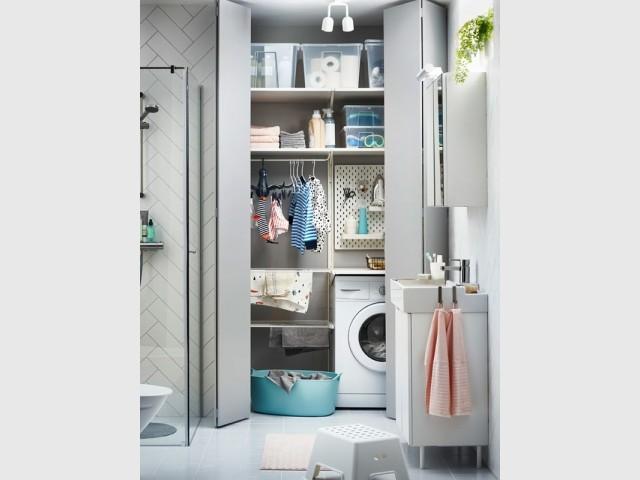 Une buanderie cachée dans la salle de bains