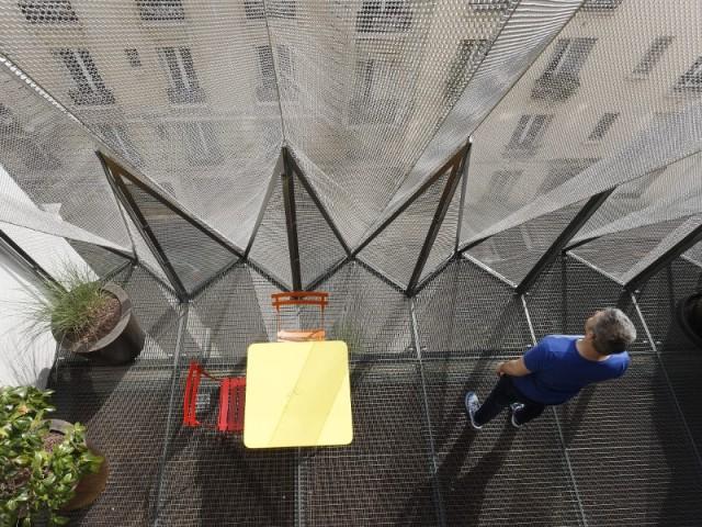Le balcon en grille métallique de la Maison plissée