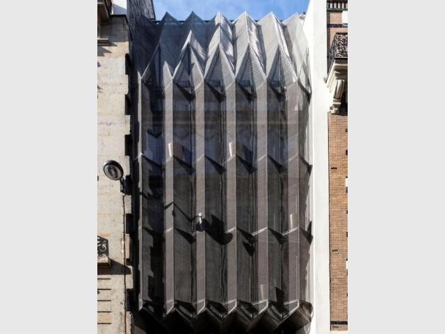 La façade de la Maison plissée et son origami de métal