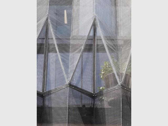 La façade est pliée comme un origami et protège des regards extérieurs