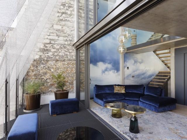 Un salon qui déborde, à l'occasion, sur le balcon de métal