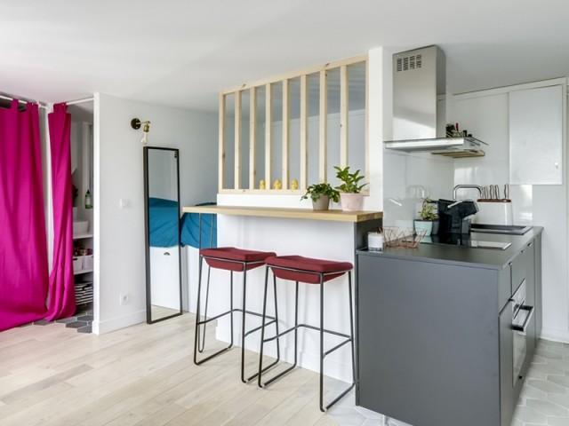 Ce petit studio s'offre cuisine, chambre et salon, et voit les choses en grand !