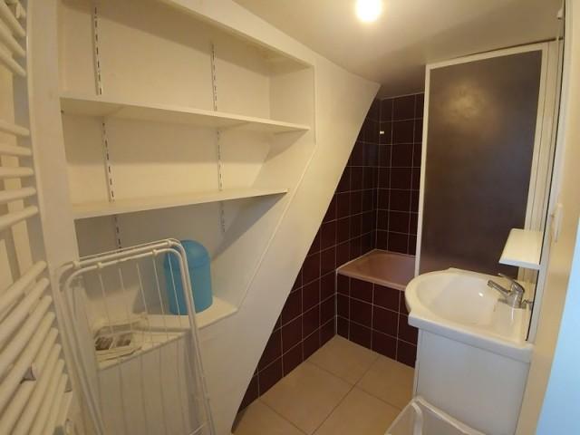 Avant : une salle de bains vieillotte