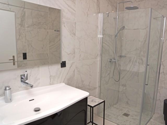 Une salle de bains très chic tout en noir et blanc