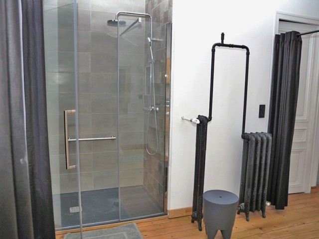 Un radiateur original dans la salle de bains