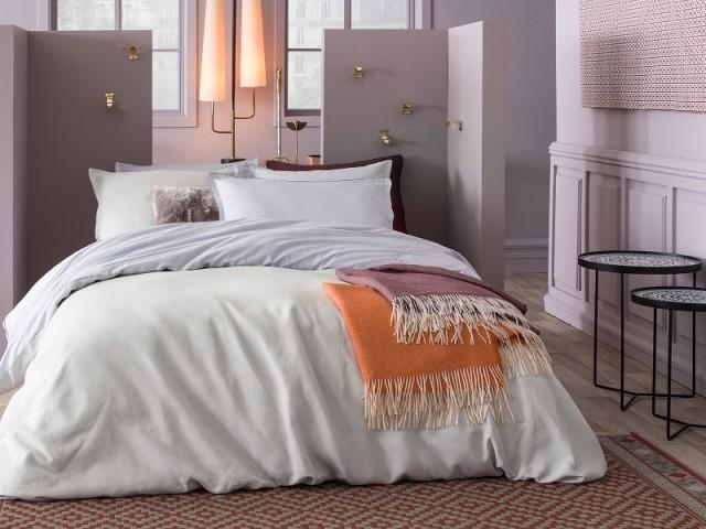 Deux cloisons d'angle font office de tête de lit destructurée