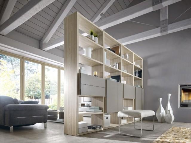 Une bibliothèque ajourée entre le salon et le séjour