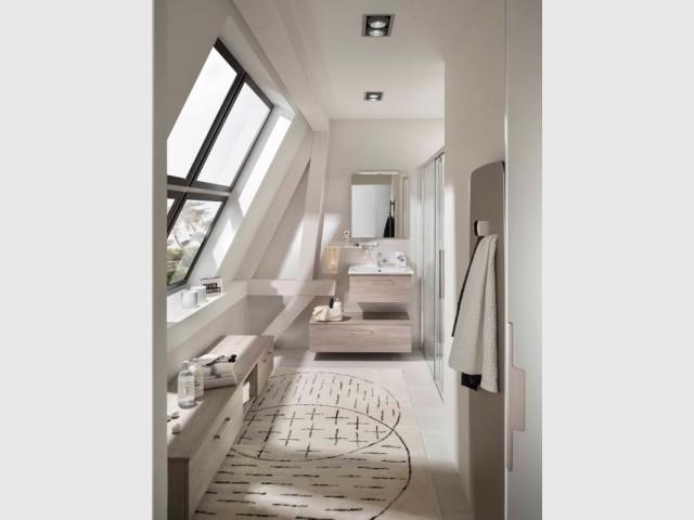Une salle de douche avec un maximum de rangement et un banc