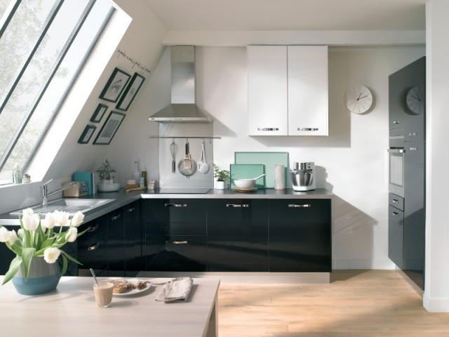 Une cuisine lumineuse et astucieuse sous les toits