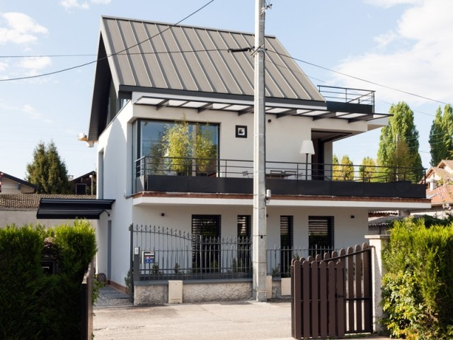 Cette maison s'affranchit du vis-à-vis grâce à des ouvertures originales