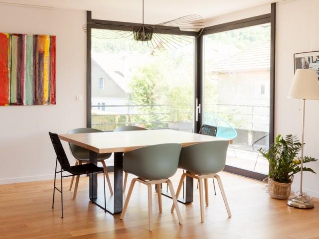 Une salle à manger lumineuse ouverte vers l'extérieur