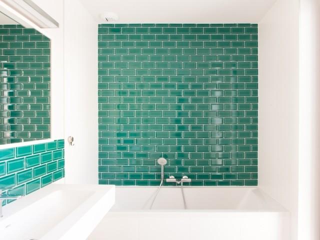 Une salle de bains dynamisée par la couleur