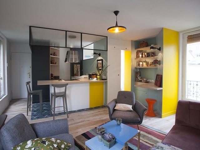 Une cuisine lumineuse ouverte sur la pièce à vivre