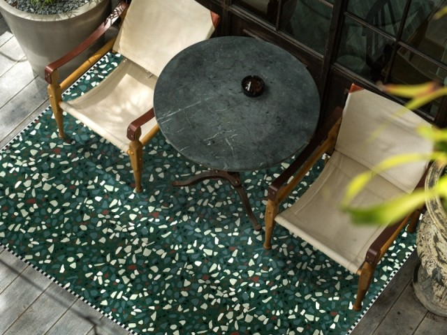 Tapis en vinyle vert motif terrazzo, 129 € chez The Cool Republic