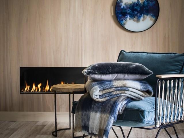 Un bois clair et doux pour mettre en valeur le foyer