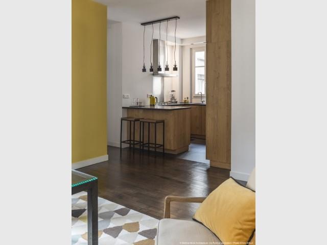 Une cuisine, petite mais fonctionnelle, ouverte sur la salle à manger