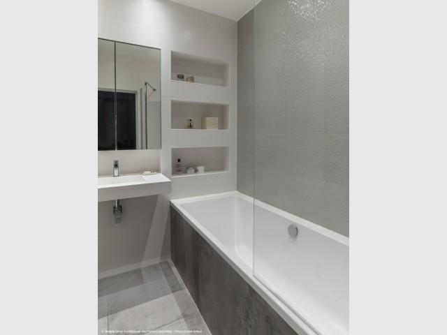 Une salle de bains chic et agrandie