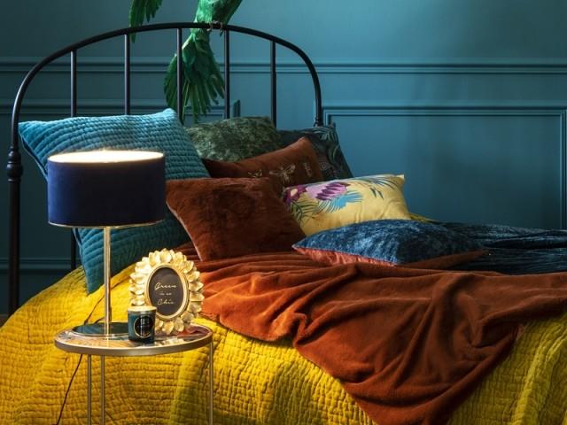 Lampe en métal doré et abat-jour en velours, Maisons du monde, prix : 49,99 €