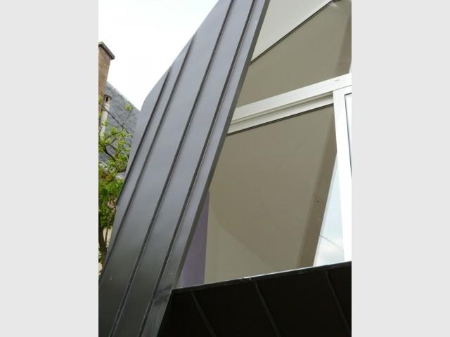 Un voile en zinc singularise la façade