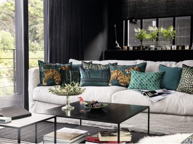 Des coussins fauves pour une ambiance sauvage sur le canapé