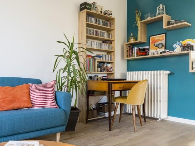 Un salon dynamisé par la couleur et du mobilier vintage