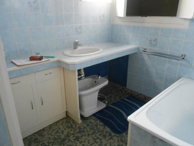 Avant : une salle de bains vétuste à rénover