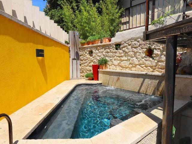 Petite piscine construite dans un espace très réduit, en Provence