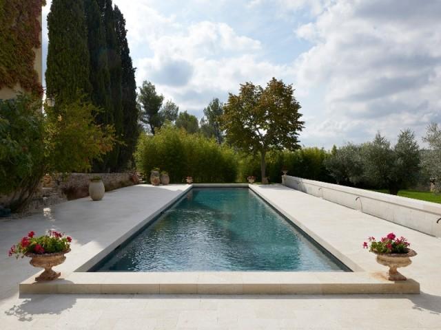 Couloir de nage de 20 m sur 4, avec structure en blocs à bancher et revêtement mosaïque en émaux