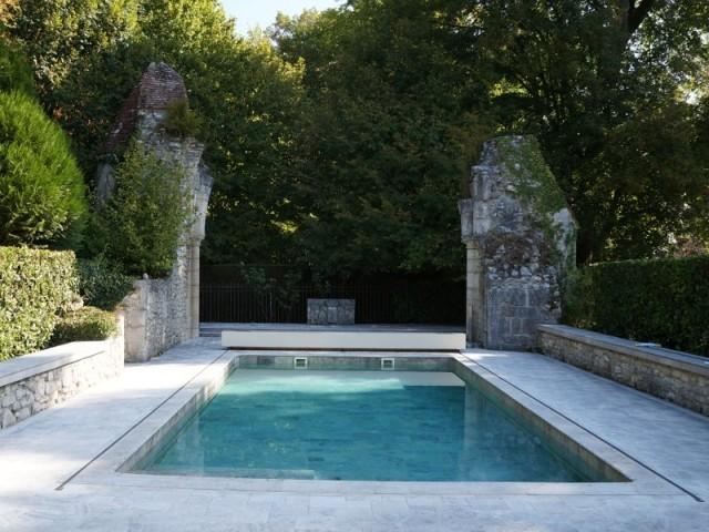 Piscine après la rénovation avec revêtement en carrelage et plages en pierre naturelles Bourgogne