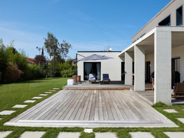Piscine avec terrasse coulissante en bois