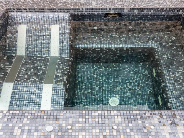 Spa avec siège hydromassant en unox et revêtement en émaux de verre