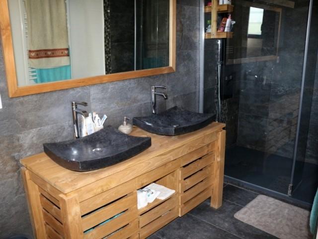 La salle de bain est équipée d'un sèche-serviette