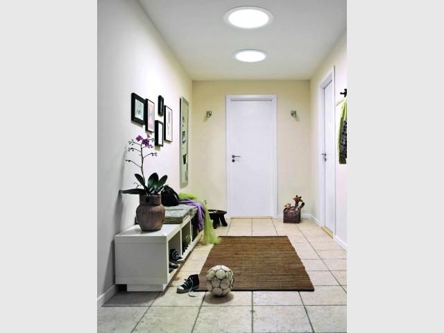 Une entrée bien éclairée grâce à des puits de lumière