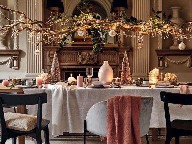 Une table de fêtes joliment mise en lumière