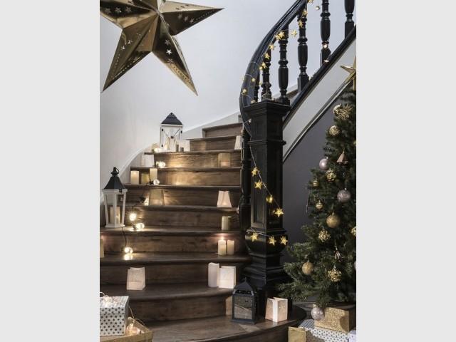 Une guirlande lumineuse dans l'escalier