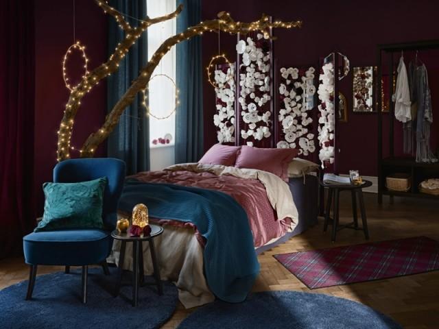 Une guirlande lumineuse dans la chambre à coucher