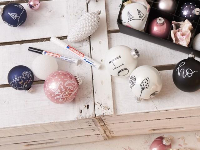 Des boules de Noël décorées à l'aide d'un marqueur peinture brillante edding 751
