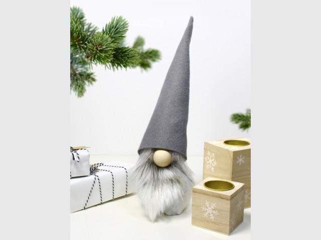Un petit gnome en tissu à poser sur la table de Noël