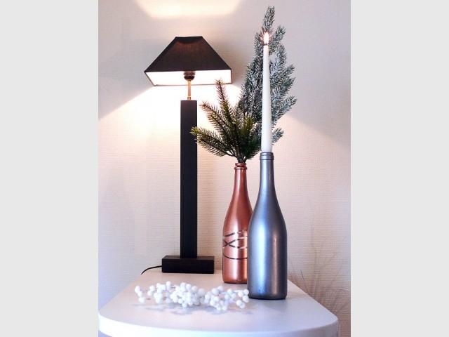Des bouteilles récupérées et peintes deviennent des bougeoirs et des vases pour Noël