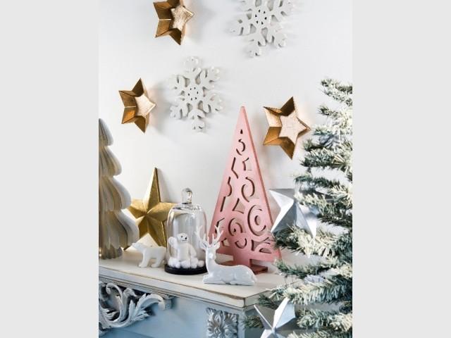 Un sapin de Noël en bois bombé de peinture métallisée