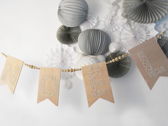Une guirlande de Noël en bois brodé