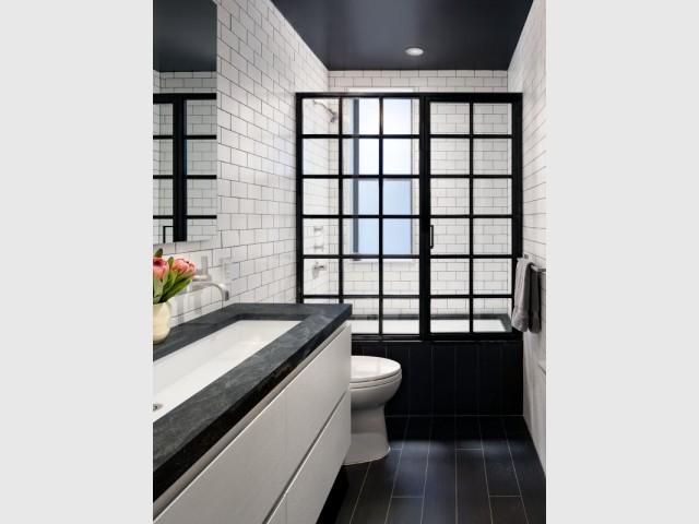 Une salle de bains urbaine et graphique, au style industriel