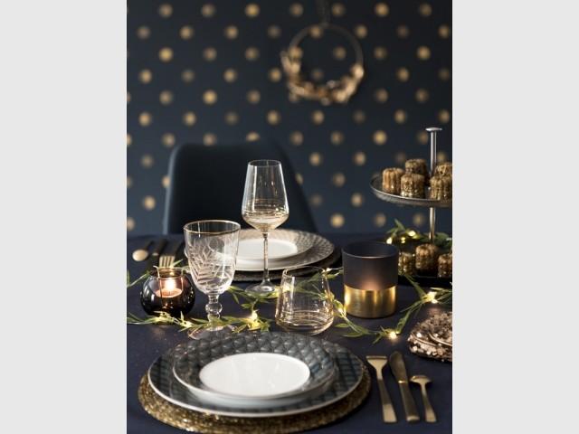 Une table de fêtes chic en bleu et or