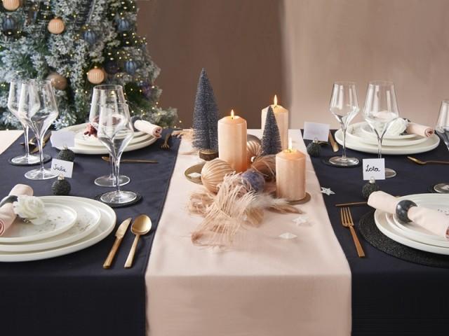 Une table de fêtes élégante en bleu et rose