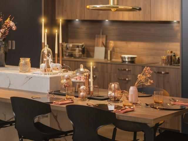 Une table de fêtes à la déco rose et or